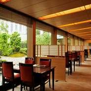 横浜ベイシェラトンホテル&タワーズ内にある気品漂う日本料理店。ガラス窓越しに覗く日本庭園は、見る人々の心を和ませてくれます。夜は、美しくライトアップされた庭園も絶景。