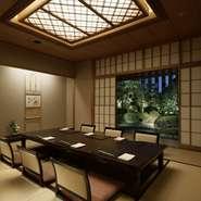 日本庭園を眺められる2室を含む、6名~最大16名迄利用できる4つの個室。掘りごたつとなっているので足下までゆったりでき、接待や会食、親族の集まりなどにも人気です。2部屋を繋げ大部屋として使用することも可能。