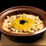 鮑を柔らかく炊いたスープを使い土鍋で炊き上げる炊き込みご飯。裏ごした肝と雲丹を混ぜたたれも絶品です。旬の鮑・雲丹を使い、夏の暑さにも食欲が進むようにと考案された料理長の心遣いも一緒にいただきます。