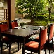 季節ごとに変わる会席料理はもちろんのこと、専用のカウンターでは寿司・天ぷらなど、さまざまな美味を楽しむことができる日本料理店。個室も完備されているので、会食や接待、お祝い事にも多く利用されています。