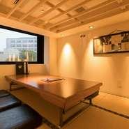 洗練された和の個室は、接待などの会食にも重宝します。料理も、熊本県より直送の『馬刺し』や、沖縄のブランド豚あぐーを使った一品など、ゲストへのおもてなしに相応しいものばかりです。