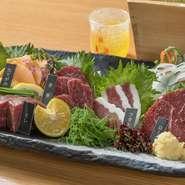 本場熊本県産の馬刺しを盛り合わせた豪華な一皿。赤身・ふたえご・ヒレ・ロース・たてがみという5つの部位を味わえ、部位による食感や風味の違いを楽しめます。