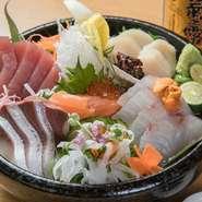 その時季に美味しい旬の魚介類を3点盛り合わせた人気メニュー。マグロや真鯛、ハマチ、ブリ、ウニ、アジ、ヒラメなど、季節ごとに変わるので、いつ訪れても食べ飽きません。