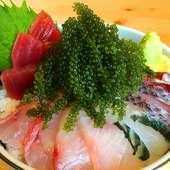 新鮮な地魚とプチプチの海ぶどうがコラボした『海ぶどう海鮮丼』