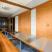 キッチンの見えるテーブル席が3卓、仕切りのある半個室席が6卓、完全個室を6部屋用意する【杏屋P'sSQUARE店】。団体席をつくることもできるため、各種宴会にも活用できそうです。