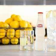 国産レモンを使用した『レモンチューハイ』は、料理人イチオシのドリンクメニュー。ゲスト自らチューハイをつくって飲むスタイルが好評、オーダー数も多い人気のメニューです。