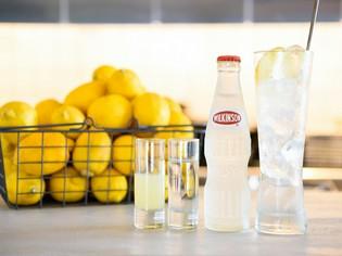ゲスト自らつくって飲むスタイルが人気『レモンチューハイ』
