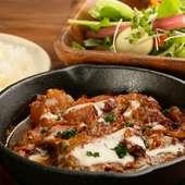 ピリ辛のトロトロ肉でご飯がどんどん進むランチメニュー『軟骨ソーキのオーブン焼き』
