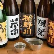東北を中心に日本各地の旨い地酒がずらり。山形の銘酒「楯野川」は独自ルートにより、超プレミアムな希少酒も入荷。ショーケースからお客様が好きな銘柄を選べる、3種×60ccの飲み比べセット800円も好評!