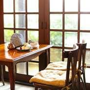 モーニングやランチメニューも豊富なので、お1人さまでもゆっくり過ごすことができます。穏やかな日差しが差し込む空間で、香り高いコーヒーや紅茶の一杯をじっくりと味わえます。
