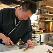 ミシュラン兵庫版の三ツ星日本料理店で修業した・古谷文言氏がついに独立。実家でもある老舗【酒菜肉匠ふるや】の隣に店を構え、確かな和食でゲストを魅了。地元のみならず、全国のグルマンを戸塚に呼び込みます。