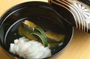 和食の伝統技法を守り、素材に合わせて丁寧に引く「出汁」