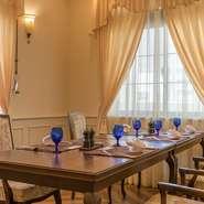 大切な商談や会議はもちろん、両家顔合わせや晴れの日のお祝い、家族や友人同士でのプライベートなひと時に最適。着席30名・立食45名様までのご利用可能なパーテールームもあり、宴会や同窓会にもおすすめです。