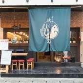 魚と米のイラストが描かれた、大きな暖簾が目印