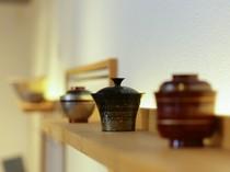 茶器や椀など、こだわりの器はこの店のコレクション