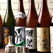 炭火串焼きや全国から厳選された鮮魚の造りなど、お酒と相性抜群の料理ばかり。全国の日本酒も平日限定で飲み放題に。獺祭や厳選日本酒飲放題付きコースも登場!