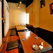 和の情緒溢れる店内には、カウンター席に加えて個室も完備されています。気軽なチョイ飲みから宴会、記念日まで、幅広いシチュエーションで大活躍です。