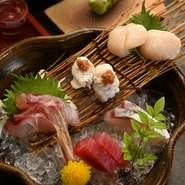 その時期最も良い旬の魚を盛り合わせに。新鮮なお魚はお酒のお供にもぴったり。店主が自信を持っておすすめする、『造り五種盛り』です。