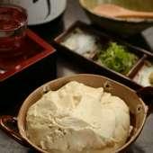 塩をつけて食べるのがおすすめ。濃厚な味わいを堪能できる『自家製豆腐』
