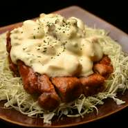 かつて宮崎で食べたときのおいしさが忘れられず、「いつかメニューに入れたい」と思い続けてきたという『チキン南蛮』。念願かなってメニュー入りした、店主渾身のひと品です。