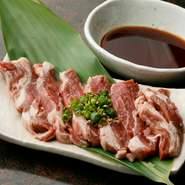 北海道産、生後1年未満の厚切り肩ロースは、臭みがなく旨みと弾力が特徴なので、ラム肉が苦手な方も楽しめます。噛みしめると、赤身の濃い味が口の中にふんわりと広がる人気メニューです。