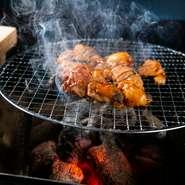 九州産黒毛和牛『大分豊後牛』を中心とした焼肉や、屠場から直送される新鮮なホルモンを炭火焼きで堪能。土鍋で炊き上げる『銀シャリ』や自家製ダレなど、ひとつひとつの素材にこだわった焼肉店です。