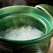 山口県産の米と山口の水を使い、土鍋でふっくらと炊き上げた、こだわりの『銀シャリ』が味わえます。湯布院の名店【由布まぶし 心】の特注品である、三重県萬古焼の土鍋を使用しています。