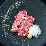 すりおろした広島産無農薬レモンの皮と韓国産の『花塩』で馬刺しや肉を味わうのは通の楽しみ。奥深い味わいの塩と爽やかなレモンの香り、豊潤な肉の旨みが絶妙なハーモニーを奏でます。