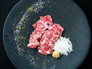 韓国産の『花塩』で肉を味わうのは通の楽しみ
