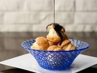 プチ・シューの中に、ミルクたっぷりのバニラアイスをサンドし、直前に上質の温かいショコラソースをかけてお召し上がりください。