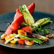 「暑いところで食べる」をテーマにつくられた逸品。パプリカの中には、塩タラとお芋の詰め物、バルサミコの酸味と粒マスタードの爽やかな味わいがクセになりそう。つい手が伸びてしまう一皿です。
