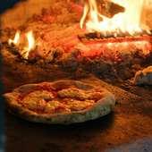 薪を使って焼き上げる、本格的な「石窯ピザ」を心行くまで堪能