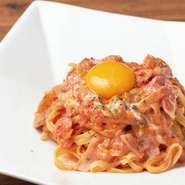 モチモチ食感の生パスタに自家製ソースと卵黄が絡む、濃厚で爽やかなオリジナルカルボナーラ。トマトだけでなく、旬の食材を使用した季節ごとのパスタが登場することもあり、通う度に楽しみが広がっていきます。