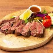 肉の旨味があふれ出す「牛さがり」を味わう一品。特製ソースの香味が肉と相性抜群です。次から次へと食べすすめたくなる濃厚な味わいと食べ応え。焼肉店での修業経験もあるオーナーならではの厳選肉を堪能できます。