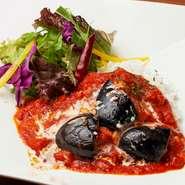 """ある日は『ナスアラビアータライス』など、日替わりで楽しめる""""BAR飯""""が人気。腹ペコなときの一軒目ごはんにも、飲み会後の〆にもオススメです。食材さえあれば、他のご飯ものをつくってくれる柔軟性もあります。"""