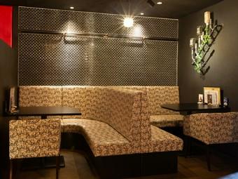 シーンや人数によって変幻自在な、半個室のソファ席も人気