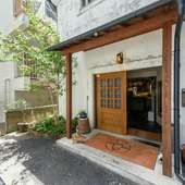 表通りの看板を頼りに、小道を進むと現れる隠れ家的洋食店