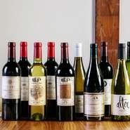シェフが厳選したワインの数々。古民家で食す現代フランス料理とのマリアージュは至福の瞬間です。一皿ずつ運ばれる料理を、じっくり堪能しながら飲むワインは格別です。