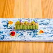 屋久杉のテーブルはもちろん、フランス製や有田焼の食器などは「料理が美味しく映えるように」を基準として選ばれたものばかり。料理を雰囲気ごと味わえるよう、店主の心遣いが行き届いています。