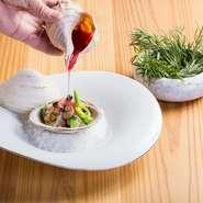 6種の貝とエビ・ウニ・キャビアに、地元産の新鮮野菜。その全てをまとめるのが、ビーツ風味の貝ベース出汁です。コース料理の一皿となるので、季節などにより変更となります。