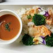 •贅沢ブイヤベース   (鮑、オマール海老、帆立、白身魚、つぶ貝、ムール貝) •サフランライス