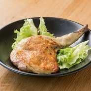 長野県産の鶏肉が使われています。低温の油で3時間、じっくり火入れして旨味を閉じ込めた逸品。