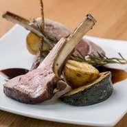 その時に良い仔羊の背肉を厳選し、3時間ほどかけてロースト。ホロッと柔らかい食感に焼き上がっています。