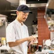 オープンキッチンで、パンからデザートまで手間ひまかけてつくったものを振る舞う―。当たり前のことをやっているだけという坂本氏。普段着でカジュアルに訪れて欲しいとの思いが雰囲気、価格にも表れています。