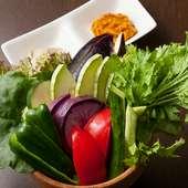 臭みなく美味な「鴨肉」や、農園直送の「有機野菜」を味わえる