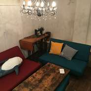 テーブル6名×2卓と6名掛けのソファーの完全個室。 お料理は4000円~ご予算に合わせてご用意します。 食べ物、飲み物お持ち込みのレンタルスペースとしても使っていただけます。お電話でご相談ください。