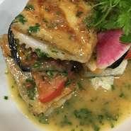 太刀魚と米ナスの重ね焼き、フレッシュバジルのソース