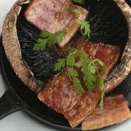 バターのまろやかさで旨味を凝縮。『巨大マッシュルームのステーキ』