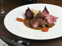フレンチと和の食材を合わせたビストロ定番メニュー『牛ハラミのステーキ ワサビの入った赤ワインソース』