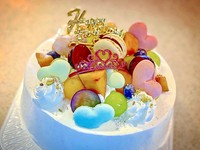 マカロンが目を引く、可愛いホールケーキ